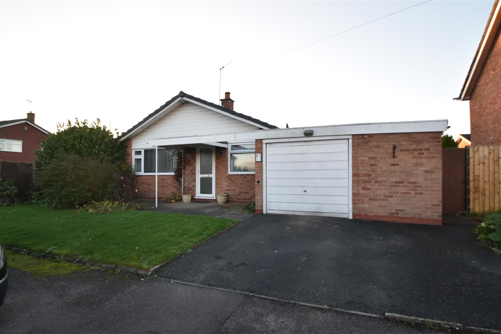 2 Bedrooms Detached Bungalow for sale in Ravenscroft Drive, Droitwich Spa